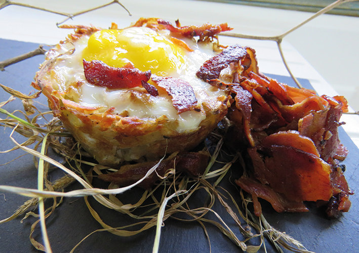 Eggs and bacon in a nest of grated potatoes