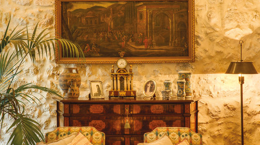 The living room has some beautiful antiques including a very pretty Maltese chest of drawers from the 17th century. © Alan Carville