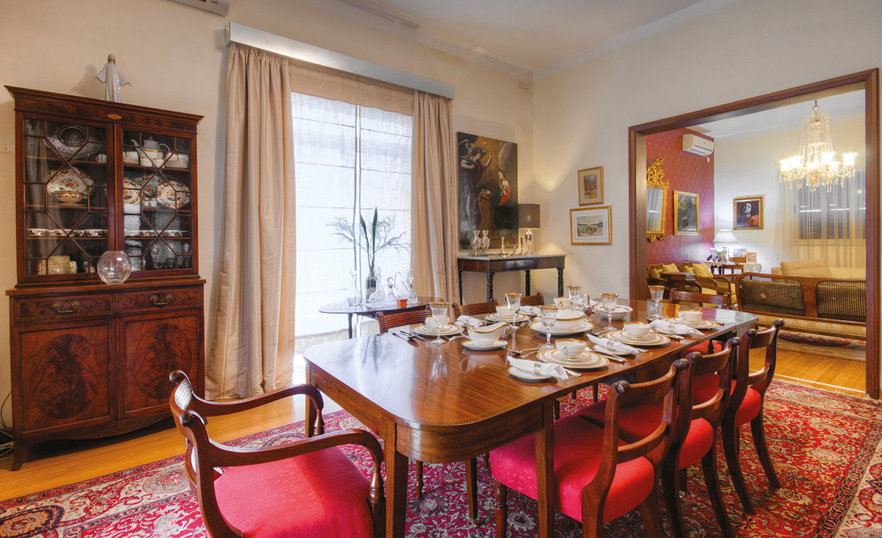 The dining room enjoys wide windows and plenty of light which brightens up this traditionally furnished room. The table is a fine example from the Regency period. © Alan Carville