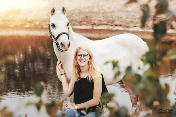witte pony en meisje