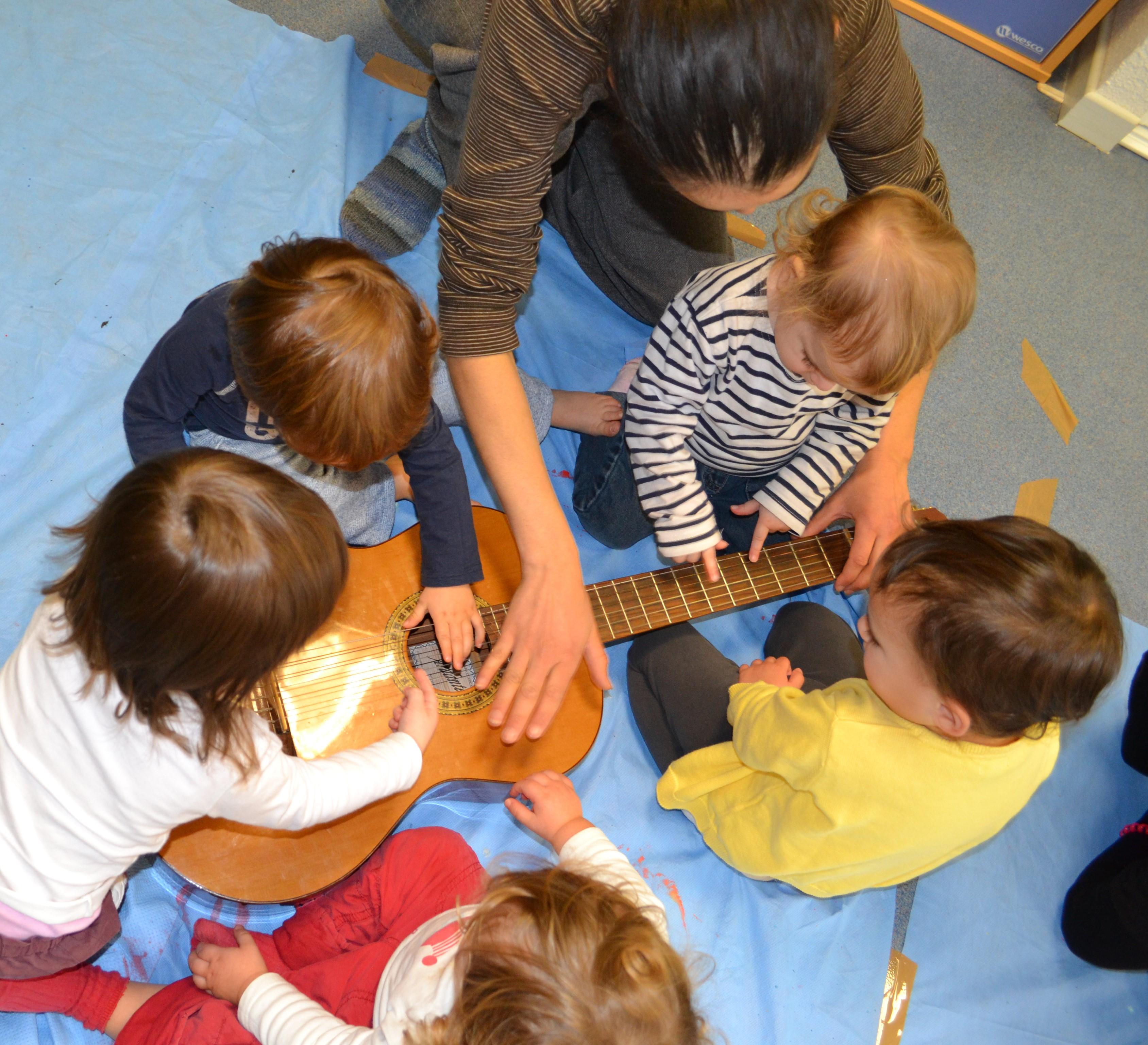 Les enfants avec la guitare La Balancell