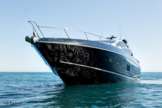 Motor yacht dropping anchor in Mallorca