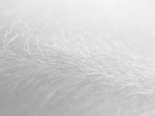 L'ÉQUILIBRE DE LA PEAU PASSE AUSSI PAR LES MICROBES…