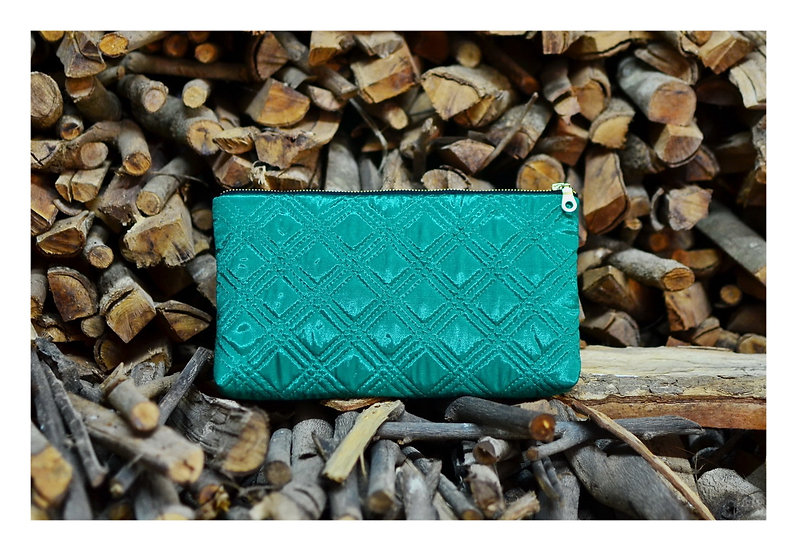 Green / This elegant silk clutch is neatly made from hq silk in quilted techniqu