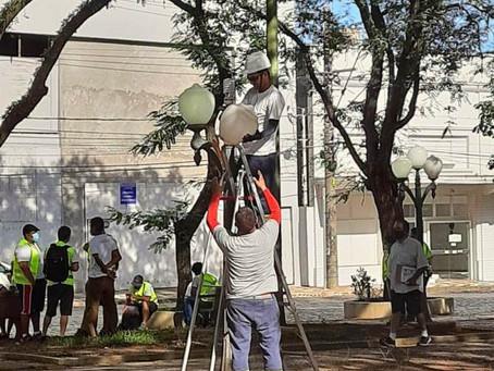Iluminação pública da Praça Barão passa por manutenção