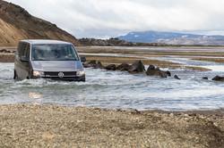fotoreisen-world-geographic-excursions-island-hochland-furt-auto-im-wasser-fotoreise