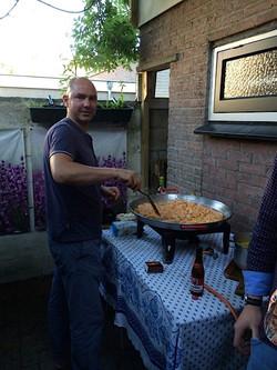 Paella bij borrel in tuin