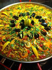 Wij zijn cateraar en maken heerlijke paella. ter plekke en vers bereid. Wij verzorgen graag de catering voor uw borrel, feest of diner.