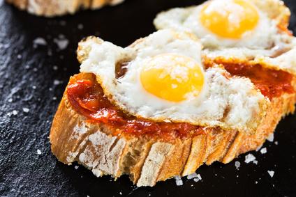 Tostada chorizo y ovos de codorniz