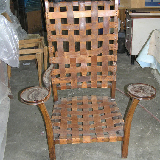 כסא עם רצועות עור - לפני