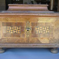 תיבת עץ מהמאה ה-18 - לפני