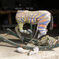 סוס נדנדה מעץ - לפני