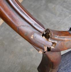 כסא עתיק עם גב שבור - לפני