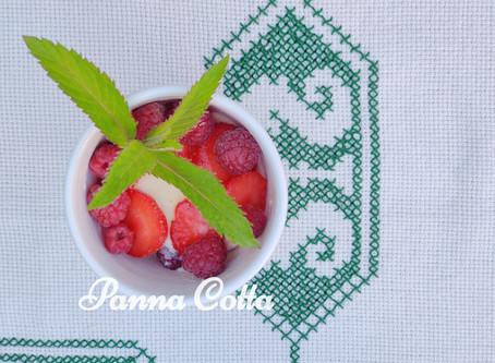 Panna Cotta mit Beeren aus dem Garten