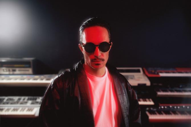 Emmanuel Horvilleur presenta su nueva canción y vídeo 'Raros'