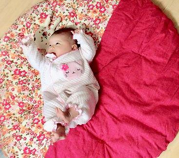 生後すぐから使っています。 大人が寝ても底つき感を感じない程フカフカで、子供も気持ちよさそうに転がっています。 一歳半になった現在は、自分でこの布団を広げて昼寝し始めます。 可愛さだけでなく品質の高さがお気に入りのポイントです。