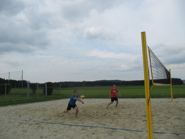 Tobias und Thomas beim 1. internen Volleyballturnier