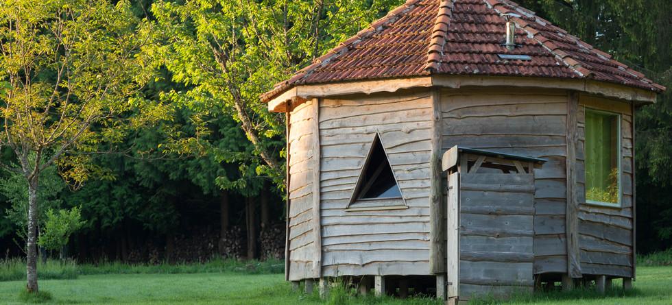 toilettes sèches privatives à l'arrière de votre cabane