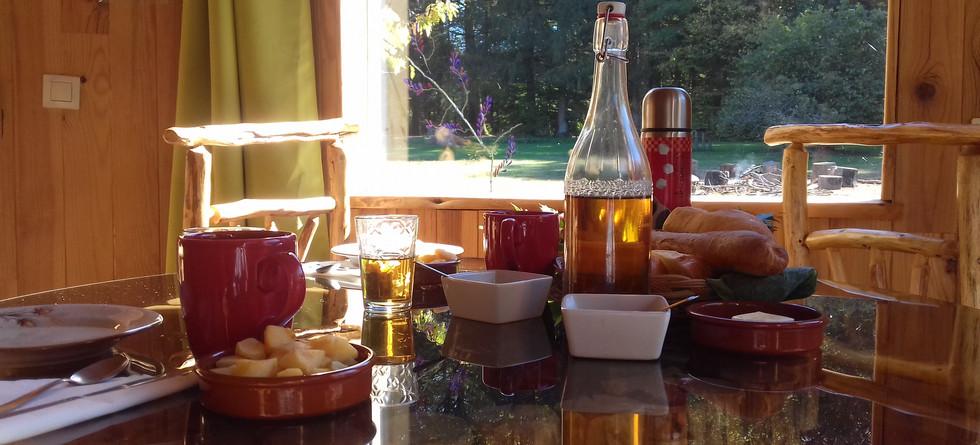petit déjeuner, apporté à la terrasse de votre cabane