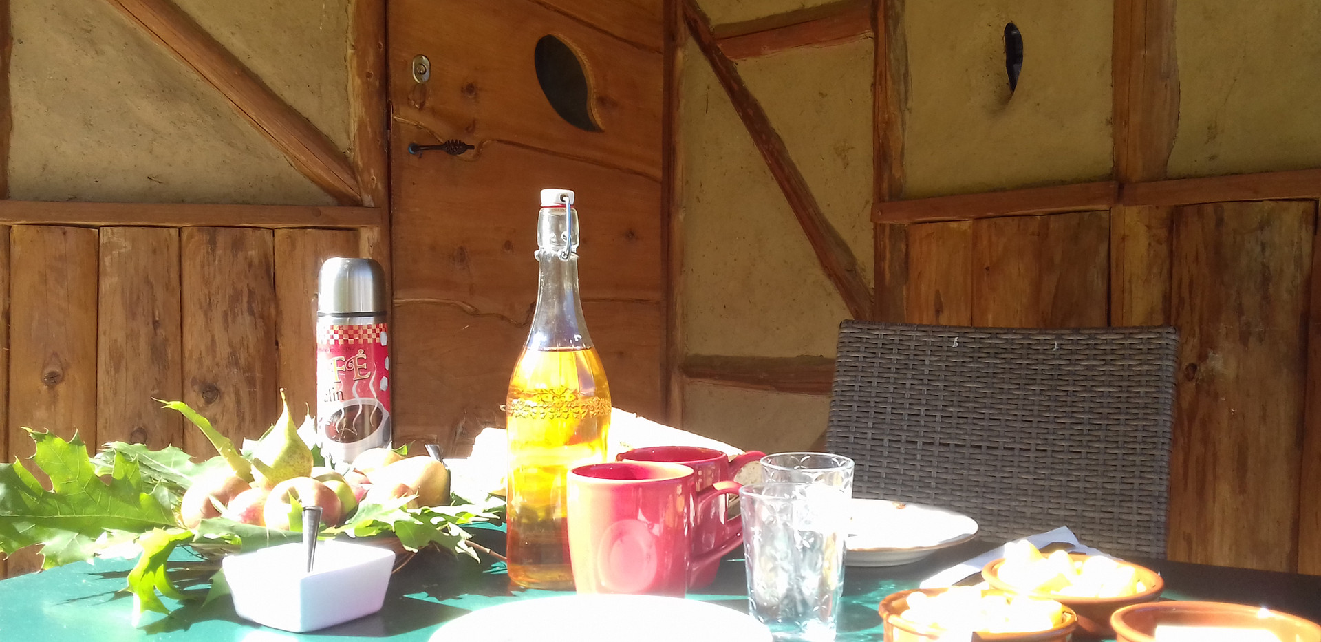 Pour bien démarrer la journée, votre petit déjeuner apporté à votre cabane