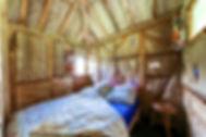 cabane paille lit ouvert.jpg