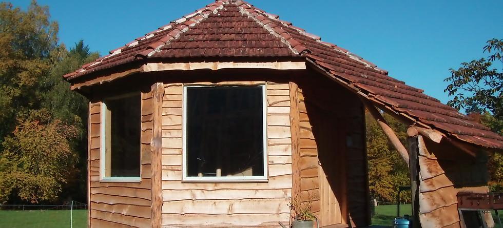 la cabane bois et sa petite terrasse