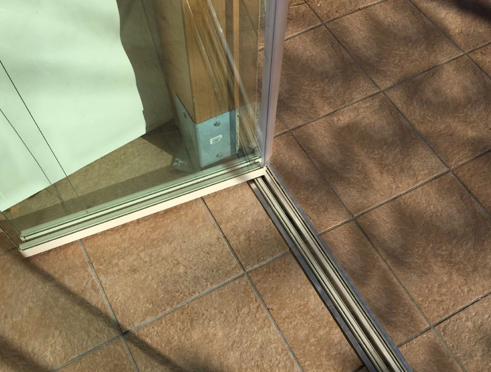 Vetrata tutto vetro guida incassata
