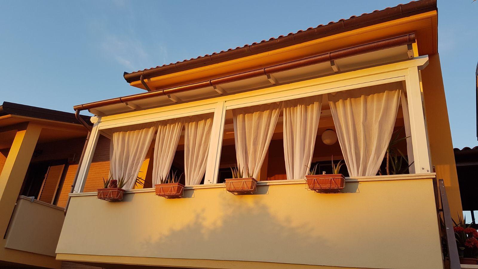 veranda con tende antivento cristal