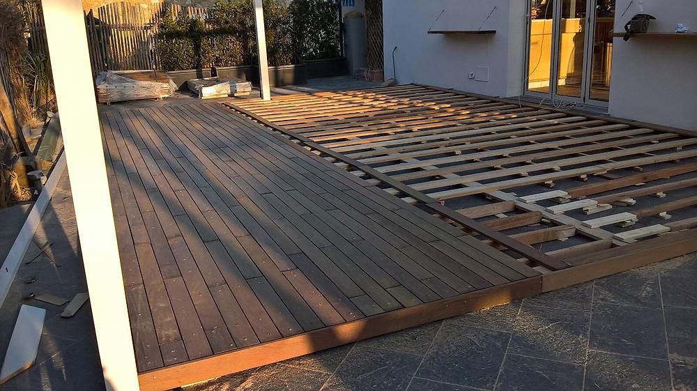 Pavimento in legno per esterno montato su piattaforma in teak