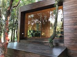 Veranda-legno-con balcone e vetrata-tutt