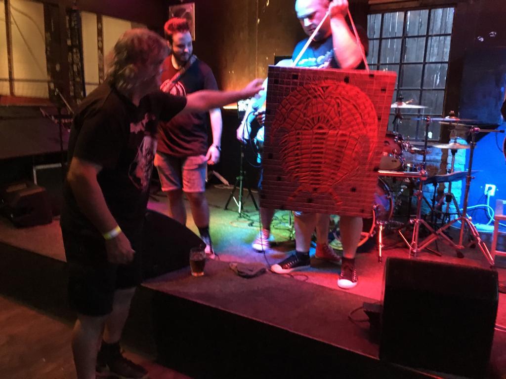 Wili Iron předává kapele dar