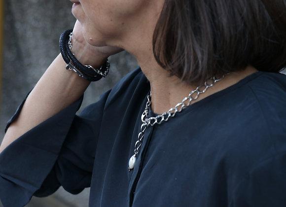 collier chaîne argentée et perle de culture plate