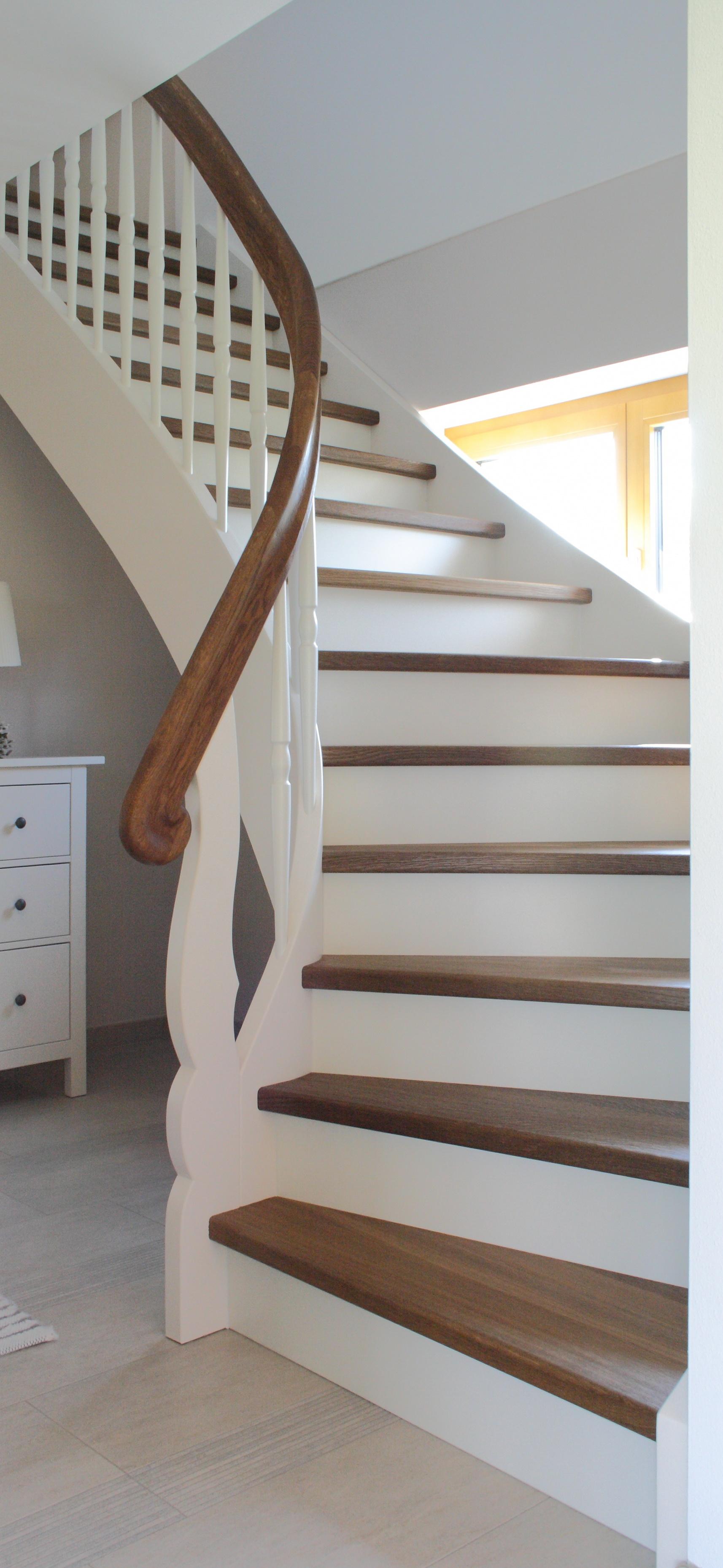 Treppe in Räuchereiche und Weißlack