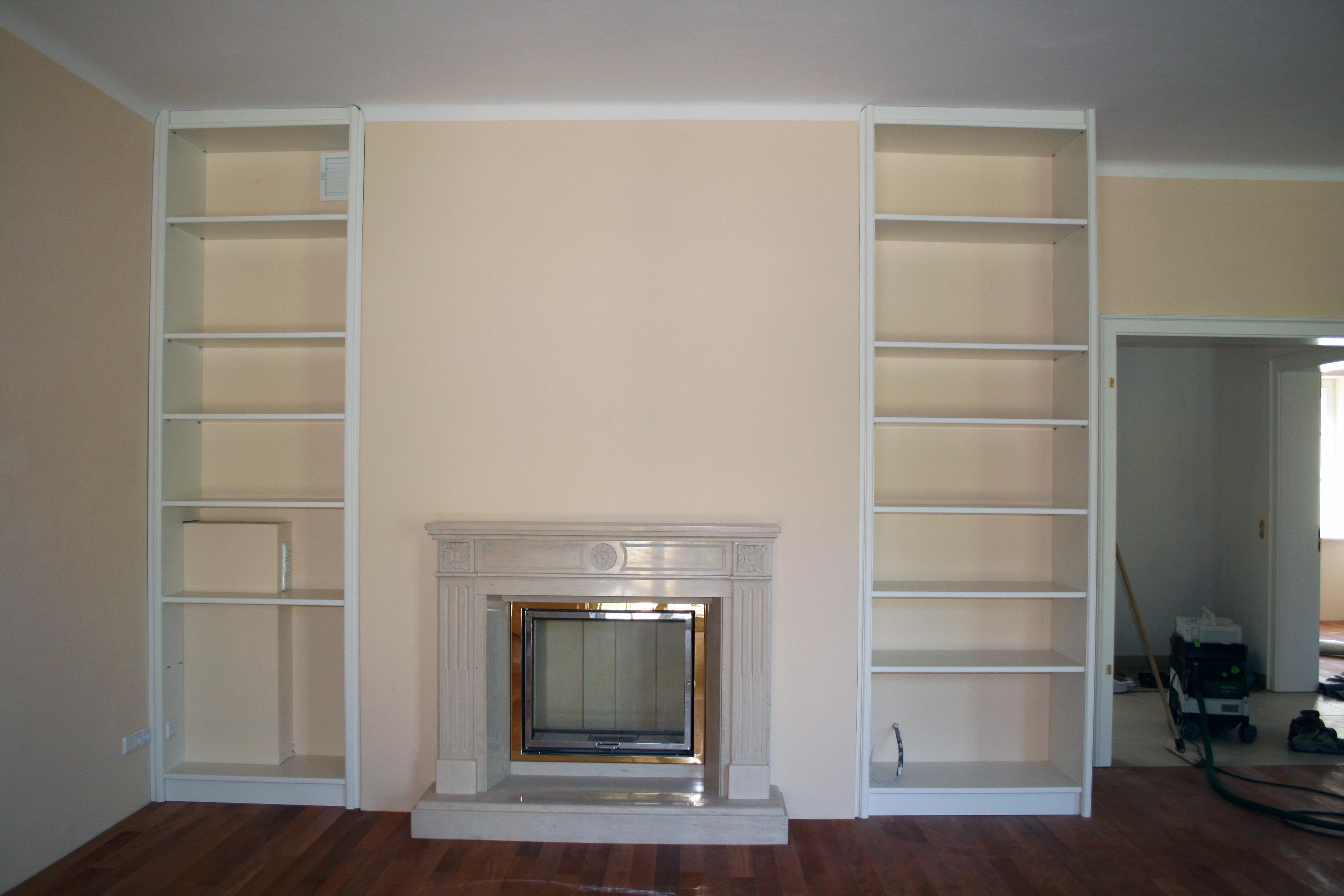 Bücherwand in weiß