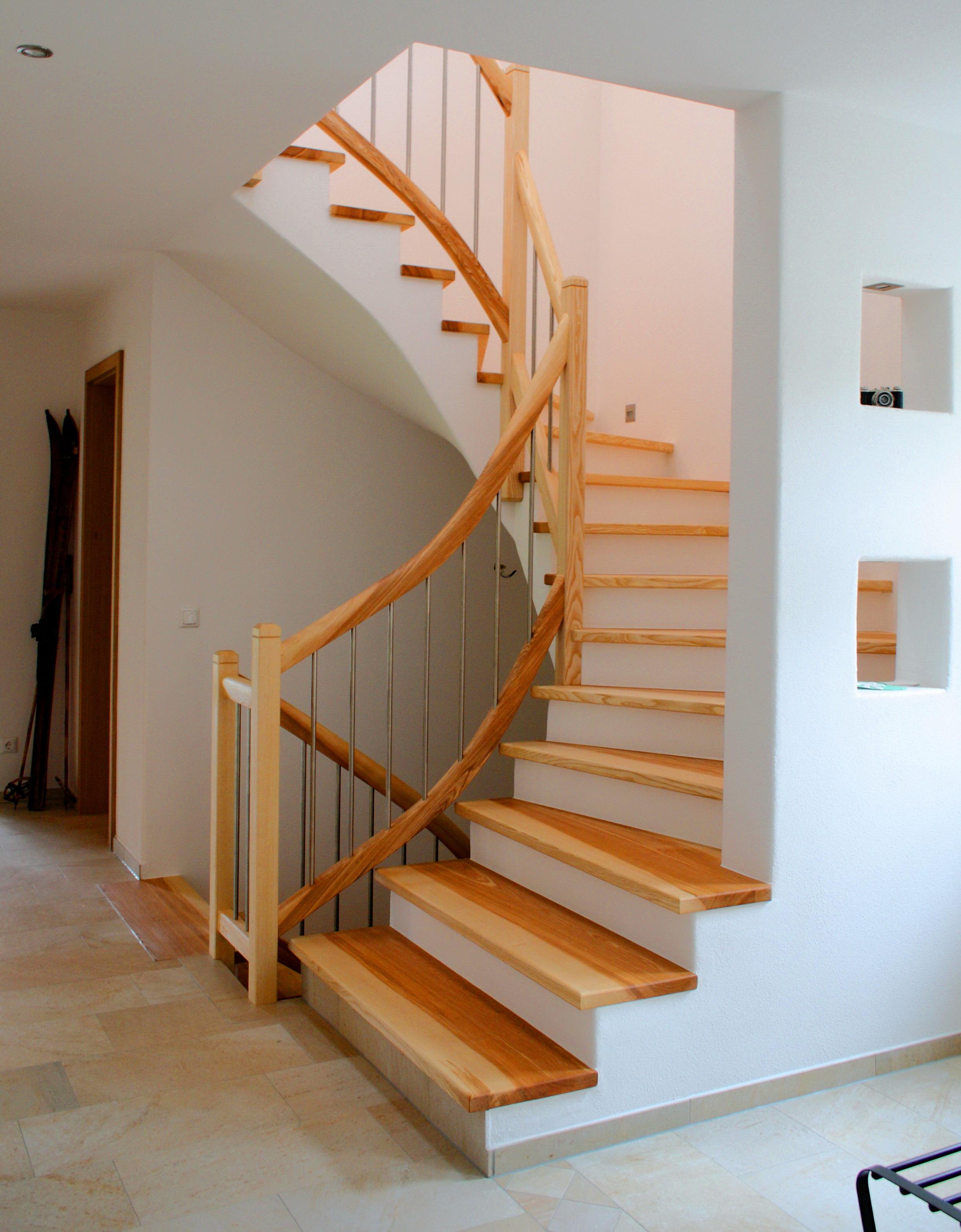 Treppe in Esche und Edelstahl