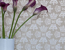 Willis Bloom Regal Beauty wallpaper in cool caramel. Wallpaper inspiration for beautiful homes.