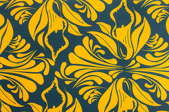 Willis Bloom Calla Lily Wallpaper in Midnight Gold