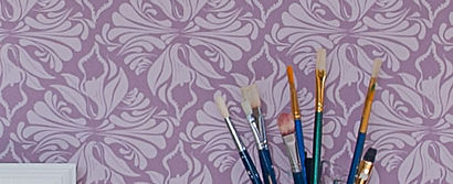 Wilis Bloom Calla Lily floralwallpaper in Lavendar. Beautiful homes, wallpaper inspiration.