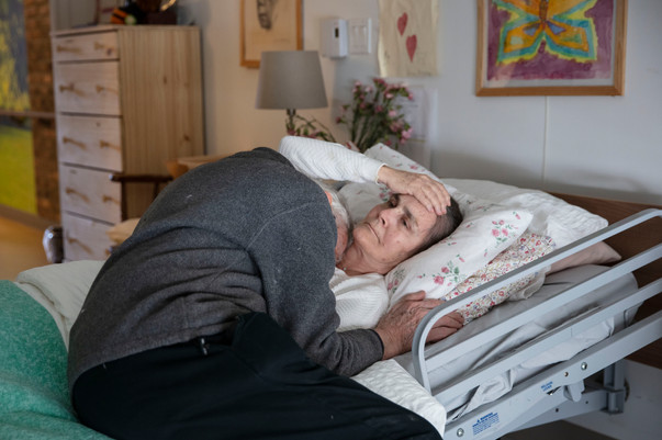 Audrey Schirmer, Martin Duckworth's wife, lies in her bed in her nursing home. Schirmer was diagnosed with Alzheimer's disease 7 years ago and now lives in a nursing home since June 2018.