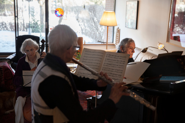 Gisella Werner (left) and Nina Mende (center) play music with Martin Duckworth. The three classical music enthusiasts meet every Wednesday to practice together