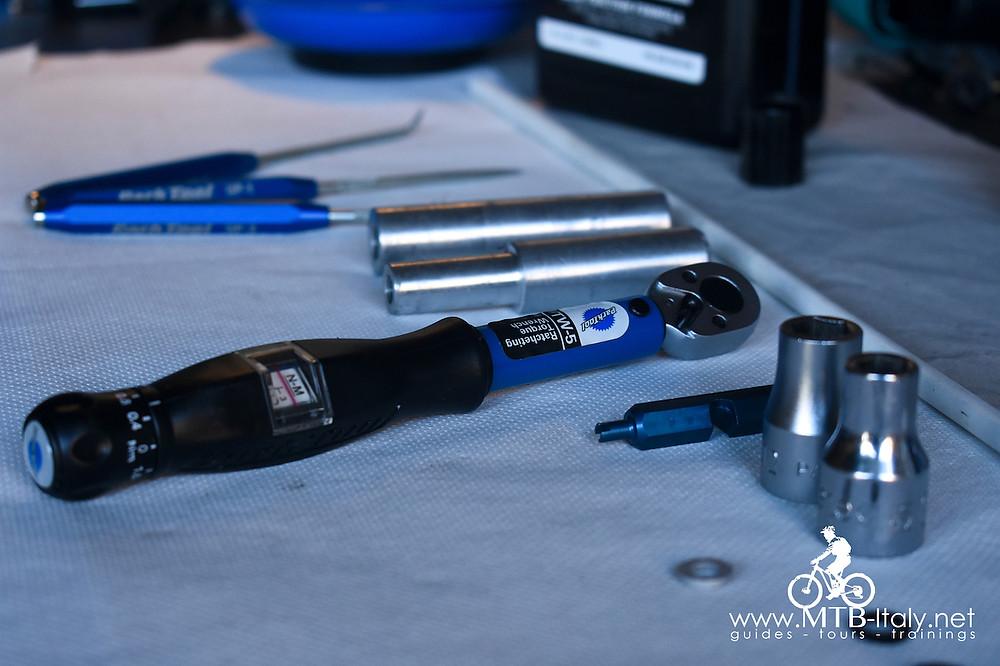 attrezzi di base per la manutenzione delle forcelle da mountain bike