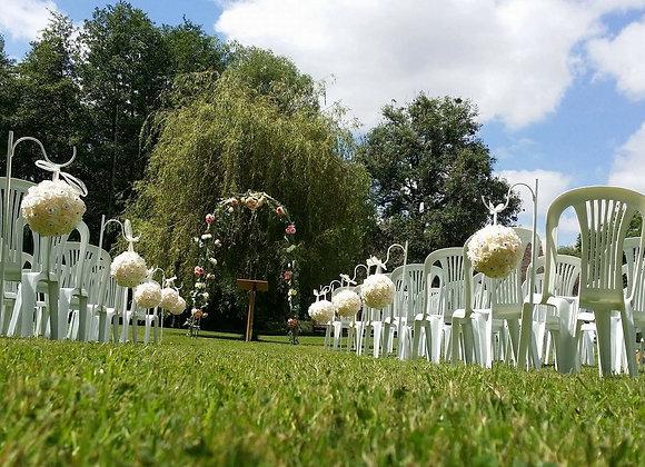 Dix piquets et boules de fleurs
