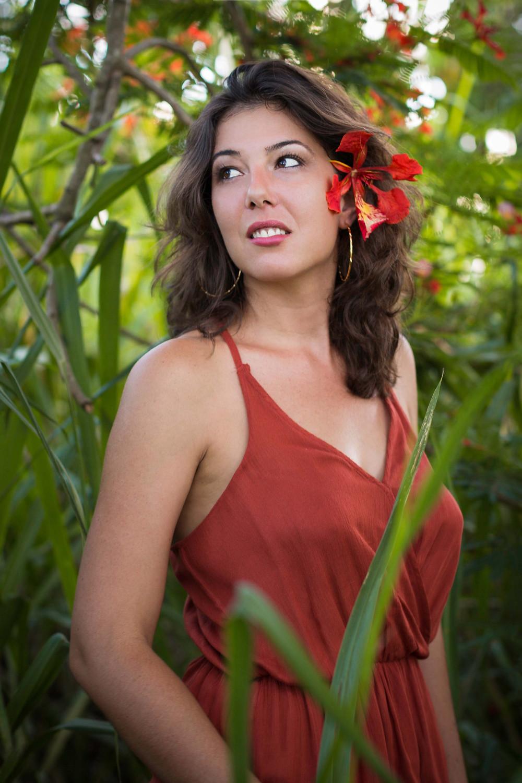 Portrait femme Guadeloupe flamboyant