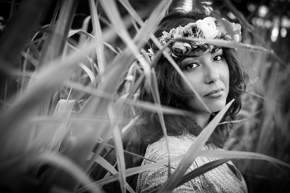 Portrait femme champs Guadeloupe noir et blanc couronne de fleurs