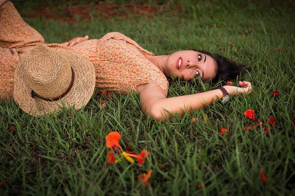 Portrait champêtre femme Guadeloupe flamboyant