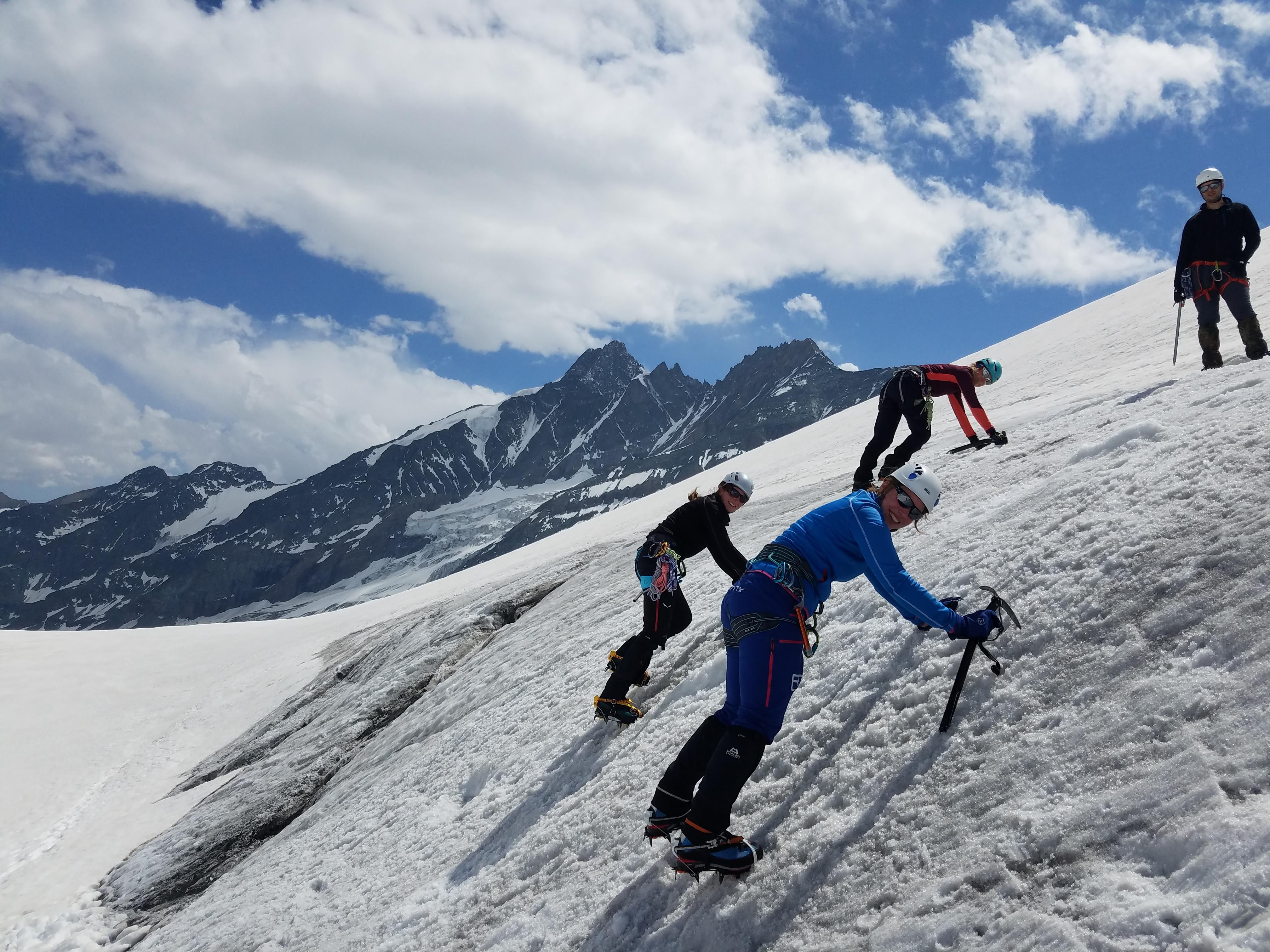 Die ersten Schritte am Gletschereis: neue Erfahrung für meine Teilnehmergruppe des DAV Oberland