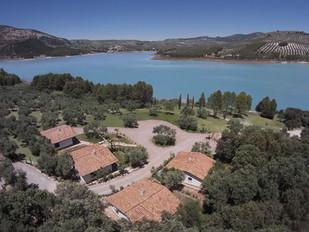 Mediterrane Gästehäuser am Seeufer.