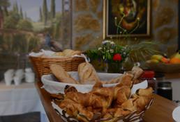 Brotauswahl beim Frühstücksbuffet für jeden Geschmack: von Vollkornbrot über Brötchenvariationen bis zu französischen Croissants.