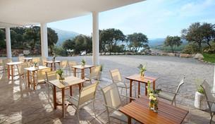 Die Aussenterrasse des Vista Lago Restaurants bietet einen atemberaubenden Blick über den See und die umgebende Berglandschaft..