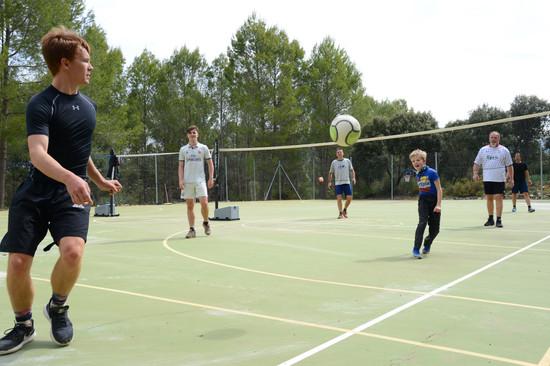 Campus für viele Sportarten: Tennis, Badminton, Fussball, Basket- und Volleyball.l